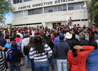 Se manifiestan Antorchistas en el PRI Estatal