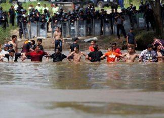 Caravana migrante burla cerco y cruza a pie río Suchiate