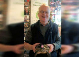 Hombre celebra cumpleaños 50 de tortuga que recibió de niño