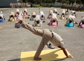 Reos de tres penales federales toman clases de yoga