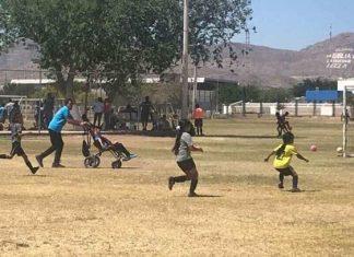 El amor por un hijo no es negociable, no hay nada que un padre no pueda o intente hacer para ver felices a sus seres queridos. Muestra de ello es la imagen que se ha vuelto viral en México, donde un hombre impulsa la silla de ruedas de su hijo para que pueda jugar futbol.
