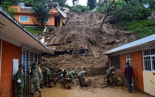 Van 7 personas muertas por deslave de cerro en Puebla
