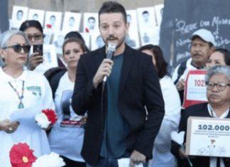 Diego Luna en el Palacio Municipal con familiares de los desaparecidos