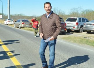 El presidente Servando López Moreno regala laminas a personas