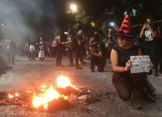 Entre destrozos, mujeres protestan contra violencia de género