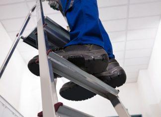 Hombre pasa 5 días con la cabeza atorada en escalera tras resbalarse