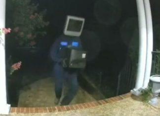 Misterioso hombre con televisor en la cabeza reparte teles en la noche