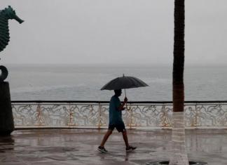Muere uno por Lorena en Los Cabos, fue arrastrado por una ola