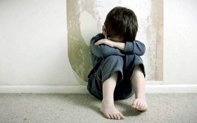 Niño de 5 años es violado por 2 adultos y 3 adolescentes