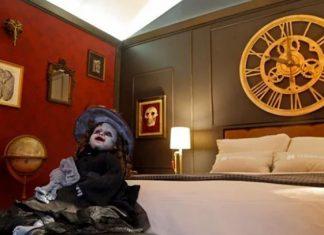 monstruos de Guillermo del Toro duermen en una habitación