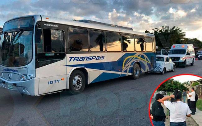 Conductora mete su vochito debajo de un autobús de Transpais en Victoria
