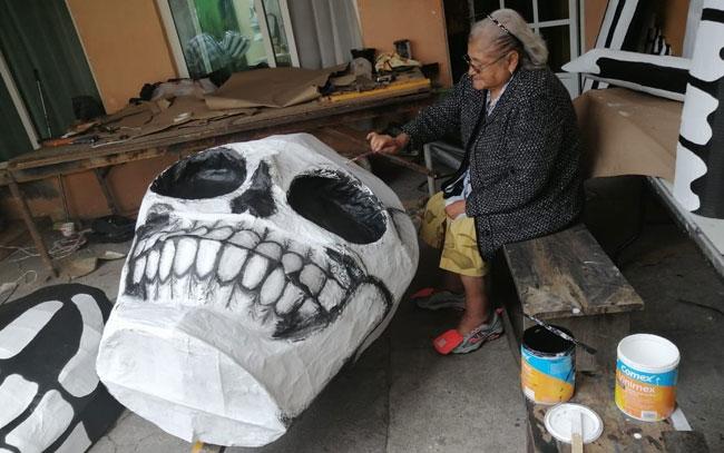 Conoce a la familia que creó la calavera gigante
