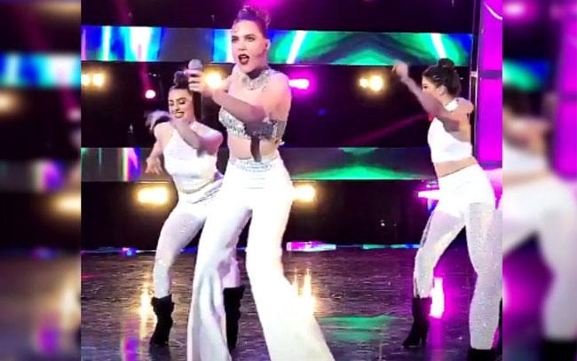 A Belinda le falló el micrófono y 'se quedó sin voz' en homenaje a Selena
