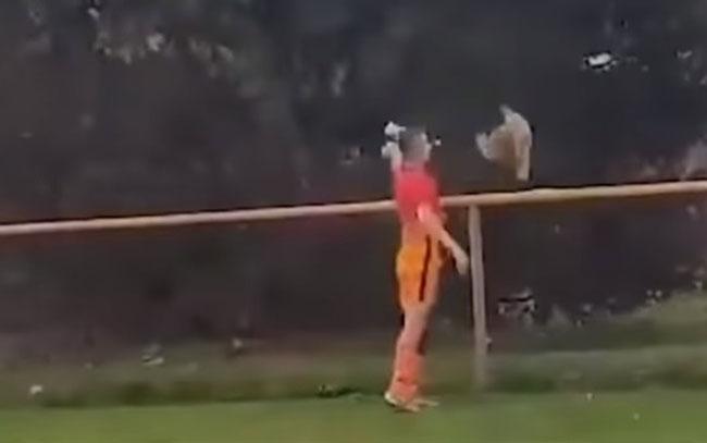 Futbolista croata mata a gallina a patadas durante un juego
