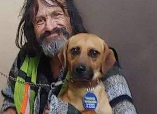 Hombre en situación de calle llora la muerte de su perro; se vuelven virales