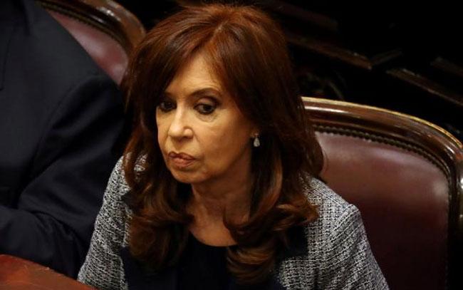 Ex presidenta de Argentina se defiende en juicio por corrupción