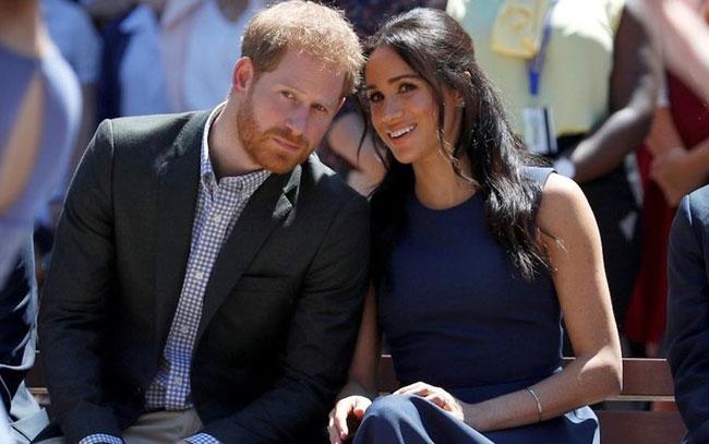 Reina Isabel II acepta renuncia de príncipe Harry y Meghan Markle