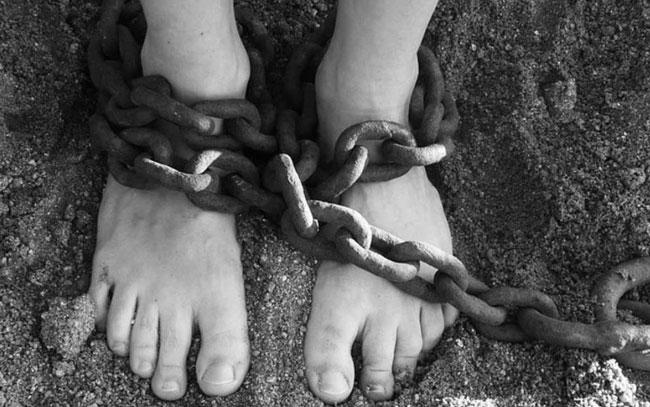 Rescatan a niña encerrada durante años