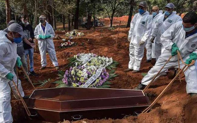 'Es uno tras otro'… hasta 60 entierros por día en Brasil