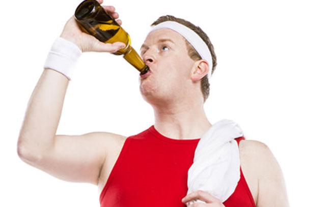 ¿Tomar cerveza después de ejercitarse es bueno para la salud?