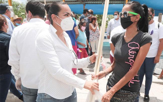 Familias de La Escondida recibieron kits de limpieza