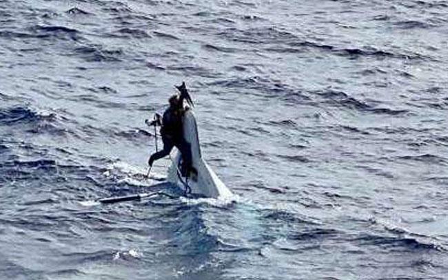 Encuentran en altamar a un hombre aferrado a su bote