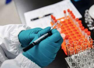 Inicia Moderna ensayos clínicos de vacuna contra COVID-19 en adolescentes