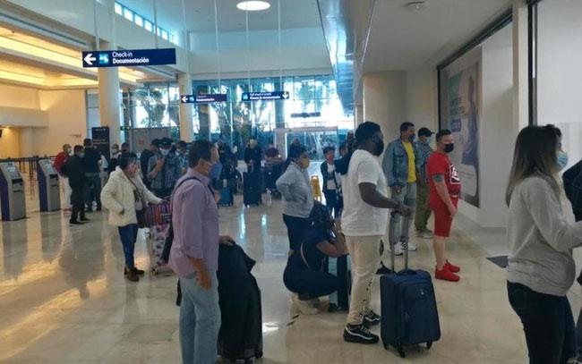 Quedan varados en aeropuerto de Cancún por falta de pruebas covid