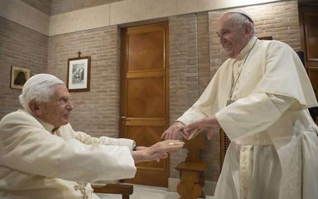 Reciben vacuna el papa Francisco y Benedicto XVI