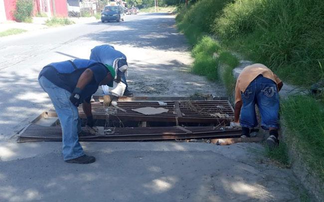 Agilizan labores de desazolve de rejillas pluviales