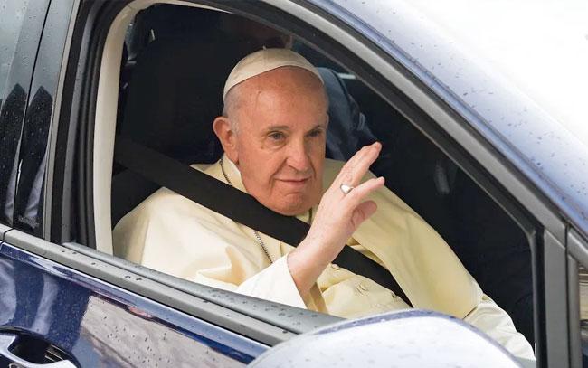 Papa Francisco homenajea a su chofer en el día de su jubilación