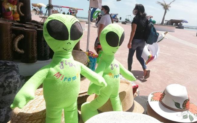 Artesanos de Miramar venden souvenir de lujo