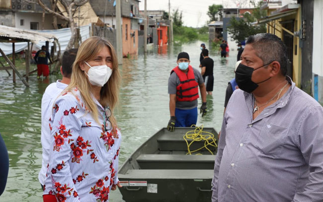 Auxilia alcaldesa a residentes de 12 colonias inundadas