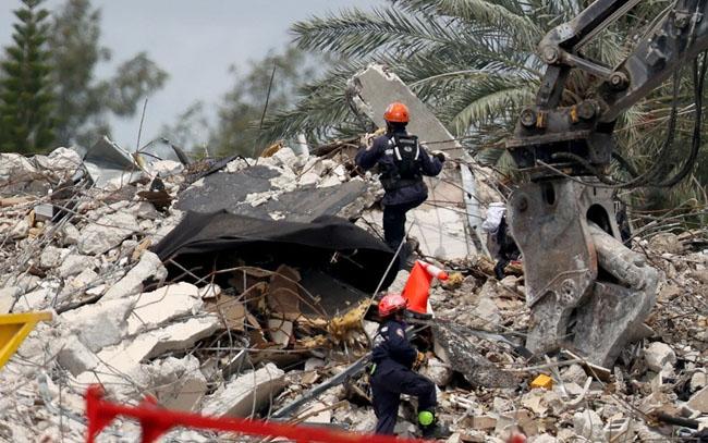 Bombero rescata el cuerpo de su hija de 7 años del edificio desplomado en Miami