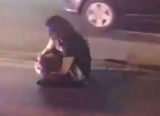 Desgarradora escena de mujer con su hijo muerto