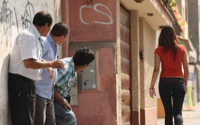 España propone no considerar al 'piropo' como forma de acoso callejero contra mujeres