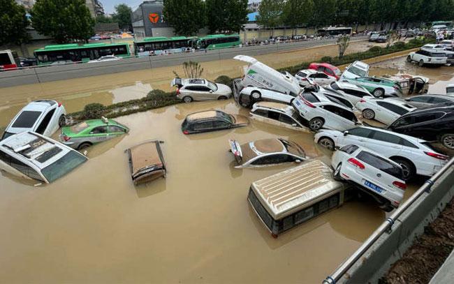 Inundaciones en China invaden hasta trenes