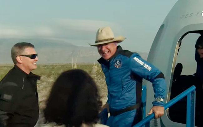 Jeff Bezos vuelve del espacio