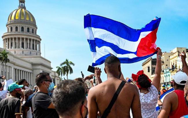Un muerto y más de 100 detenidos dejan protestas en Cuba