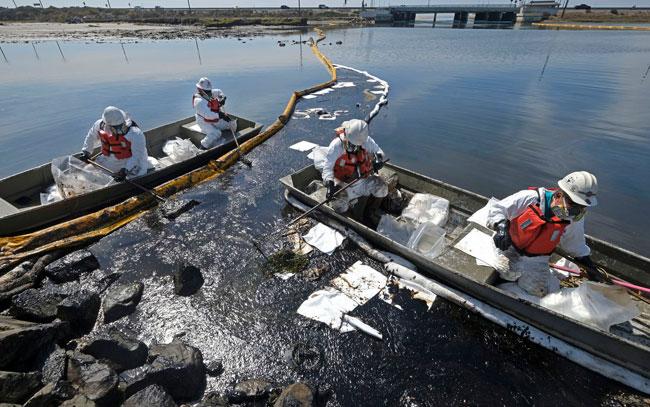 De los peores desastres el derrame de petróleo en California