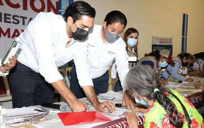 Entregan Alcalde y Delegado del Bienestar tarjetas del adulto mayor